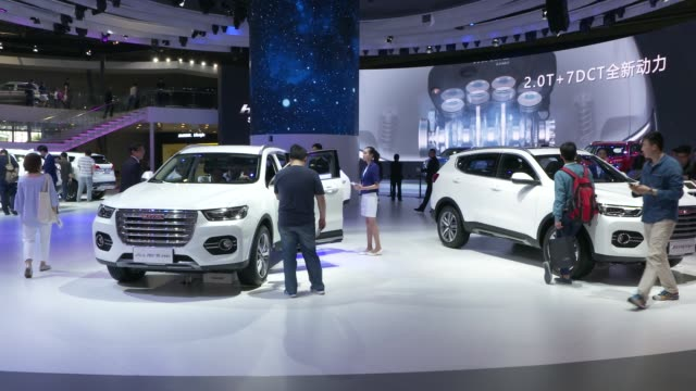 vídeos de stock e filmes b-roll de great wall motor co haval sport utility vehicles stand in the company's booth at the auto shanghai 2017 vehicle show in shanghai china on thursday... - grade de radiador