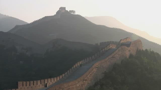 ws great wall of china at badaling at sunrise / beijing, china - badaling great wall stock videos & royalty-free footage