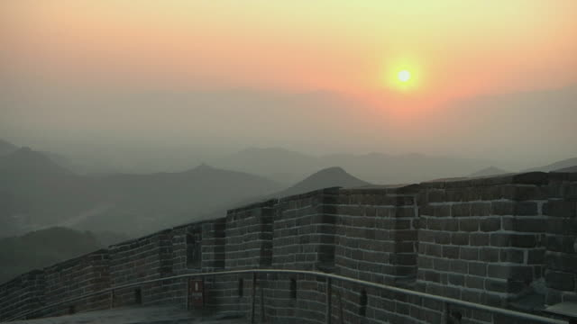 vidéos et rushes de ms great wall of china at badaling at sunset / beijing, china - grande muraille de chine