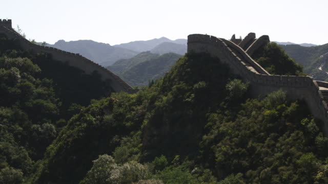 ws pan great wall of china, badaling / china - badaling great wall stock videos & royalty-free footage