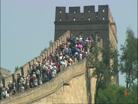 ms great wall of china crowded with tourists, badaling, china - badaling great wall stock videos & royalty-free footage