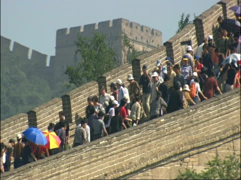 vídeos y material grabado en eventos de stock de ms great wall of china crowded with tourists, badaling, china - gran muralla china