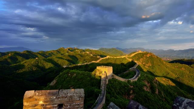 Grande muraille de Chine, à jour au coucher du soleil de time-lapse