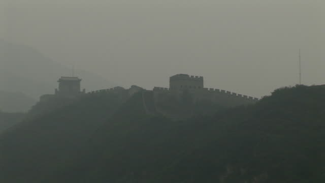 zo, ws, great wall of china, hazy bay, beijing, china - chinese culture stock videos & royalty-free footage