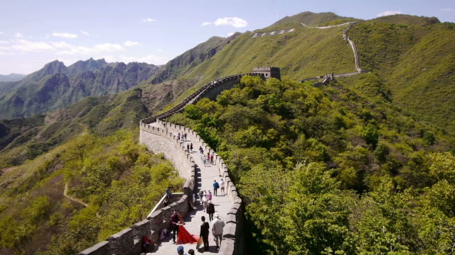 w/s, great wall of china, mutianyu, mountains, woods, sunshine, chinese characters, beijing, china - mutianyu stock-videos und b-roll-filmmaterial