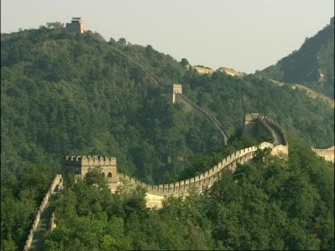great wall of china on hillside, mutianyu, china - mutianyu stock videos & royalty-free footage