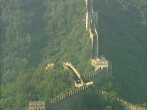 great wall of china on hillside, tilts down then up, mutianyu, china - mutianyu stock videos & royalty-free footage