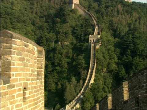 wa great wall of china on hillside, zooms in to tower, mutianyu, china - mutianyu stock videos & royalty-free footage