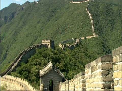 wa great wall of china snaking up hillside, zoom in to staircase in parapet, zooms out to wa, mutianyu, china - mutianyu stock videos & royalty-free footage