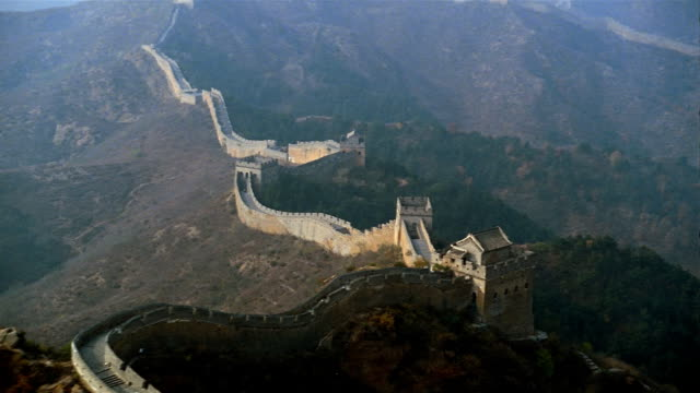 vídeos de stock e filmes b-roll de aerial, great wall of china  - muro circundante