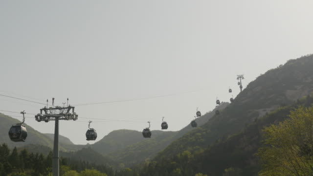vídeos de stock, filmes e b-roll de great wall sightseeing cable car service in beijing, china - cable