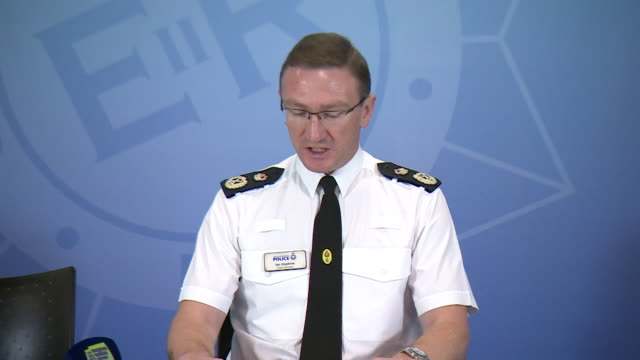 greater manchester police chief constable ian hopkins confirming they are treating the stabbings in victoria station as a terror attack - 警察署長点の映像素材/bロール