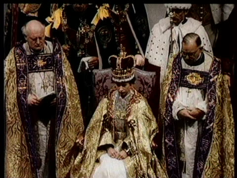 vídeos y material grabado en eventos de stock de / greatest headlines of the century / coronation of queen elizabeth ii / inside westminster abbey for the queen's ceremony / guests and dignitaries... - corona accesorio de cabeza