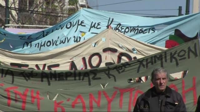 grecia vive este miercoles una nueva huelga general convocada por los principales sindicatos para protestar contra el plan de austeridad impuesto por... - sindicatos stock videos & royalty-free footage