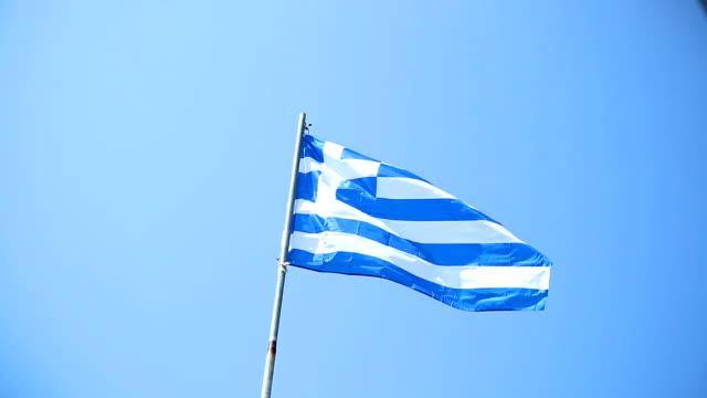 Vlag van Griekenland is zwaaien tegen blauwe hemel