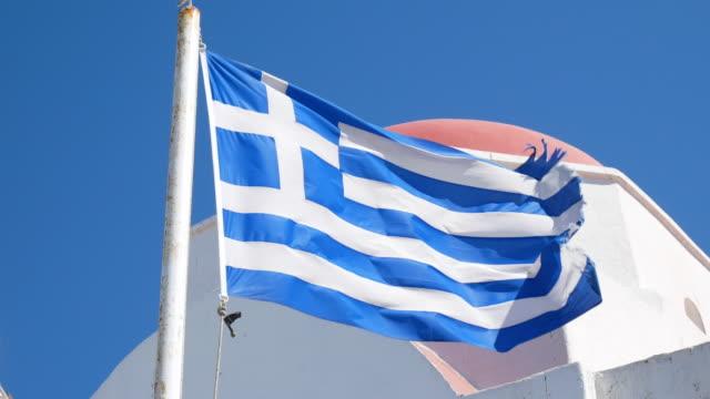 griechenland flagge im wind wehen, 4k resolution. - griechenland stock-videos und b-roll-filmmaterial