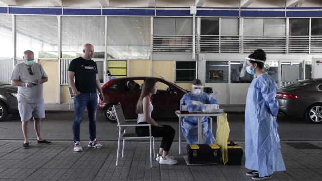 vídeos de stock, filmes e b-roll de greece's public health workers collect swab sample from travellers to test for covid-19 at the greek-bulgarian border crossing in promachonas. in... - amostra científica