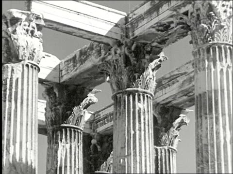 vidéos et rushes de greek army guards marching at the temple of olympian zeus temple of olympian zeus on january 01, 1934 in greece - antique