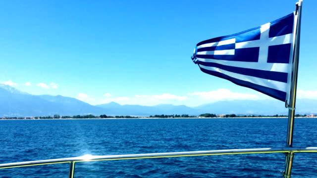 ギリシャの国旗はスピード ボートに手を振っています。 - ギリシャ国旗点の映像素材/bロール