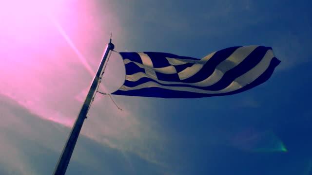 griechische flagge winken - griechische flagge stock-videos und b-roll-filmmaterial