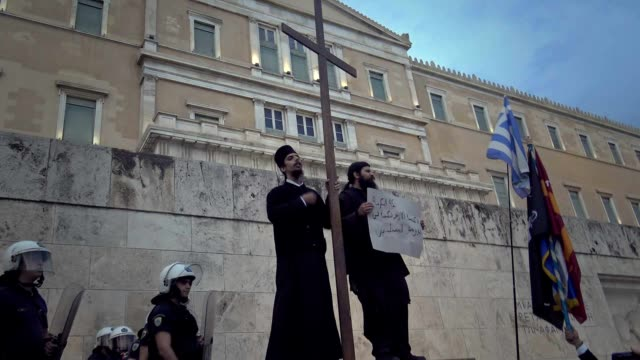 "vidéos et rushes de greek orthodox christian extremists hold a rally on sunday evening outside the parliament in athens, against ""satanic"" id cards, bank cards, tax... - prêtre"