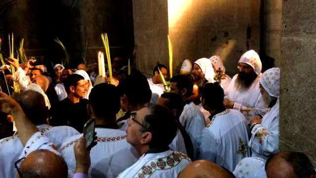 vidéos et rushes de greek orthodox priests lead a procession through the church of the holy sepulchre in the old city on april 1, 2018 in jerusalem, israel. thousands of... - prêtre