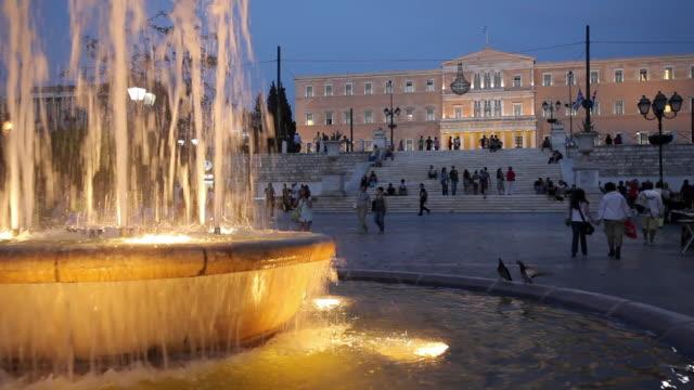 vídeos y material grabado en eventos de stock de ws greek parliament building with fountain in foreground at syntagma square, dusk / athens, greece - parliament building
