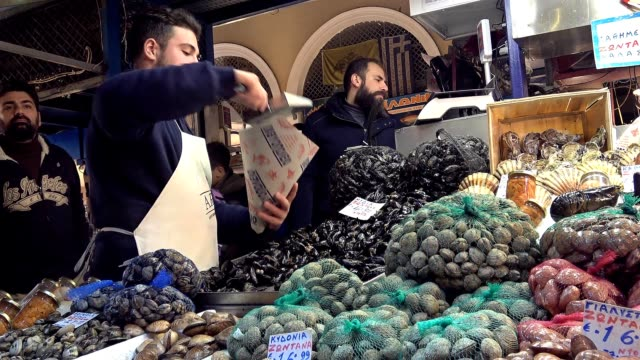 greek people rush through the night at athens central varvakeios market to buy fresh seafood for the monday of lent. every year especially for this... - 四旬節点の映像素材/bロール