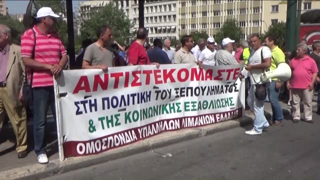 vidéos et rushes de greek port workers take part in a protest against the privatization of the ports of piraeus and thessaloniki in athens greece on may 31 2016 - débardeur