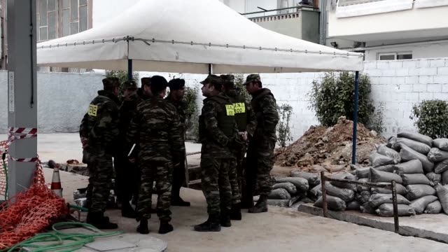 greek soldiers have successfully defused a world war ii bomb in thessaloniki the country's second largest city after evacuating tens of thousands of... - grecia stato video stock e b–roll