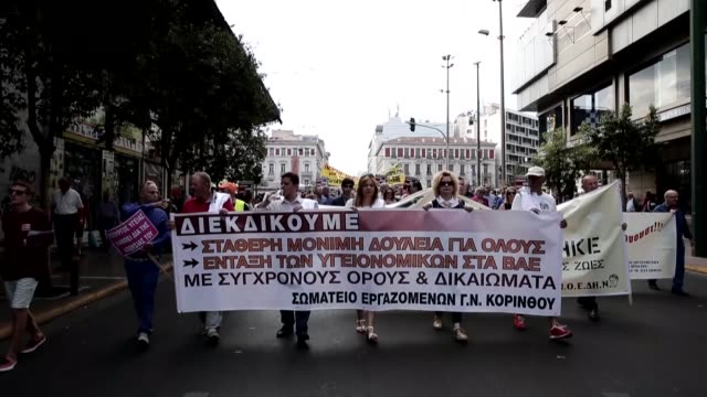 greek state hospital staff march in athens during a protest against the underfunding of hospitals and to demand hiring more staff on october 6, 2016.... - grecia stato video stock e b–roll