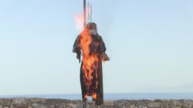 vídeos y material grabado en eventos de stock de greeks burn an effigy of judas as the country celebrates orthodox easter - judas