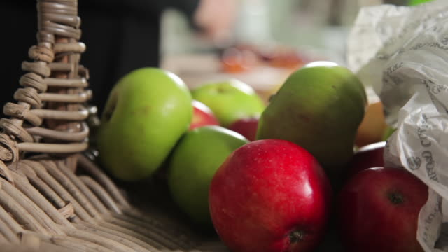 vidéos et rushes de green and red apples on a basket - panier