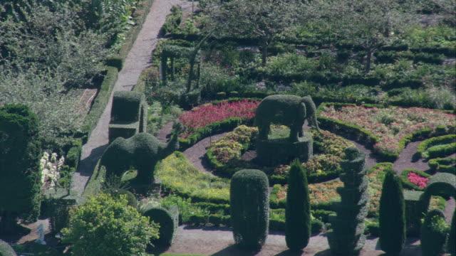 vídeos y material grabado en eventos de stock de aerial green animals topiary gardens and museum with formal garden featuring a collection of topiaries including elephants / portsmouth, rhode island, united states - formal garden