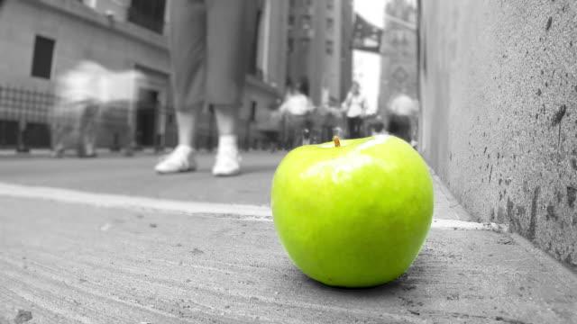 "vídeos de stock e filmes b-roll de hd ""time-lapse"": maçã verde na rua de nova iorque - cor isolada"