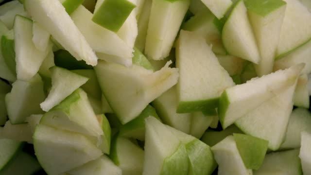 fette di mela verde nell'aria - mela video stock e b–roll