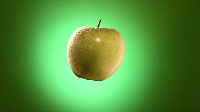 stockvideo's en b-roll-footage met green apple spinning - looping - vignettering