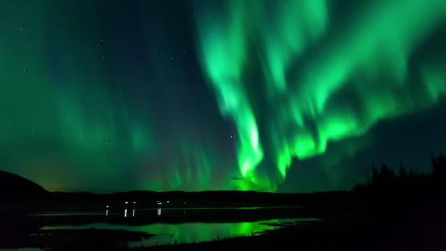 green aurora over icelandic lake - time lapse - polarklima stock-videos und b-roll-filmmaterial