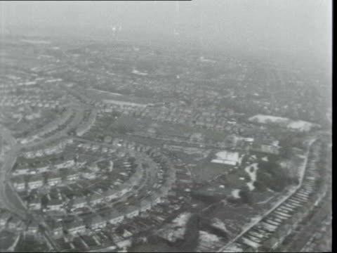 green belt development:; a: england: green belt: ext air view: snowy - countryside - surburban houses: neg: 16mm itn: 15 secs: 9.5 ft: 25.2.63 /... - アラステア・バーネット点の映像素材/bロール