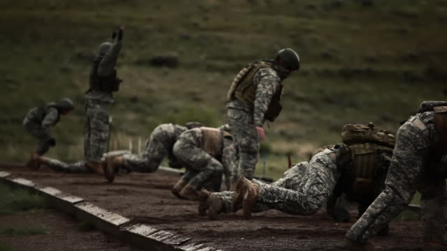 green berets doing push ups - military training stock videos & royalty-free footage