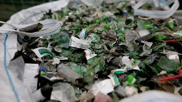 リサイクルのための袋に緑の壊れた空のボトル-廃棄物の回収 - リサイクル素材点の映像素材/bロール