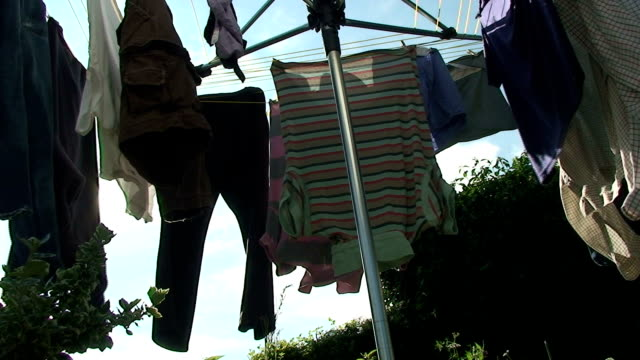 stockvideo's en b-roll-footage met green clothes drying - wasknijper