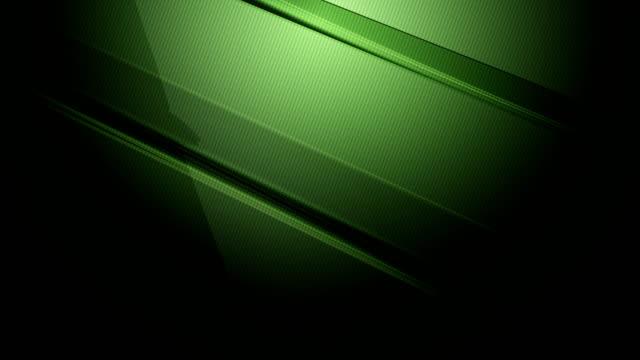 vídeos de stock, filmes e b-roll de os prismas e os cubóides afiados retangulares verdes da diagonal 3d lentamente girando e girando ao redor em um fundo colorido do inclinação 4k vídeo de movimento loopable para a tecnologia, a comunicação, as transições, eventos partido-sociais, ev - enviesado