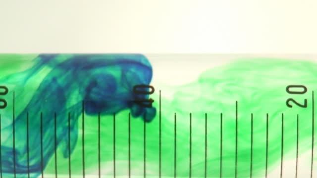 グリーンの染色降下テストチューブます。 - 渦点の映像素材/bロール