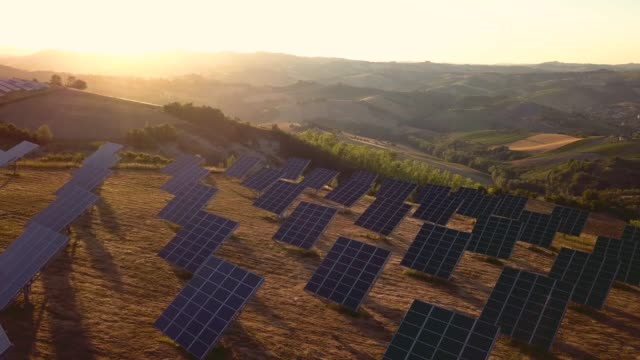 vídeos de stock e filmes b-roll de green energy field on hills in italy - solar panels - painel solar