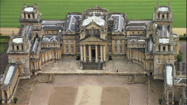 vídeos y material grabado en eventos de stock de green fields surround blenheim palace near woodstock in oxfordshire, england. - palacio de blenheim