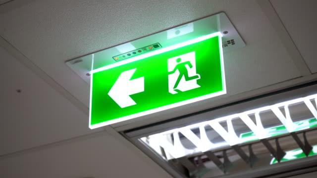 vídeos y material grabado en eventos de stock de signo de escape de fuego verde en la oficina - señal de salida señal de dirección