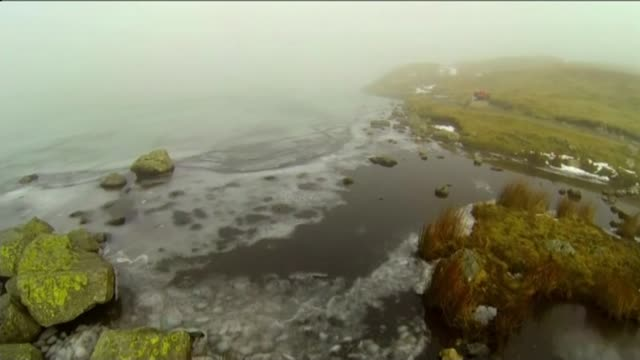stockvideo's en b-roll-footage met green flag awards for open spaces across london t10021521 / tx 1022015 cumbria lake district langdale ext **drone footage** over stickle tarn lake... - startvlag