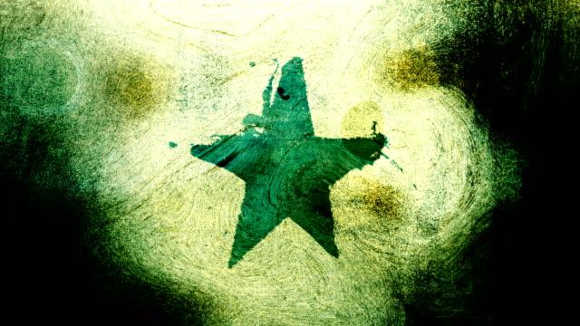 stockvideo's en b-roll-footage met groene grunge stervorm symbool op een hoog contrastrijke grungy en vuile, verontruste en vlekken muur 4k video achtergrond met swirls street stijl voor de concepten van populariteit, beroemdheden, roem, hollywood, reputatie, glorie, overgangen en titels. - star shape