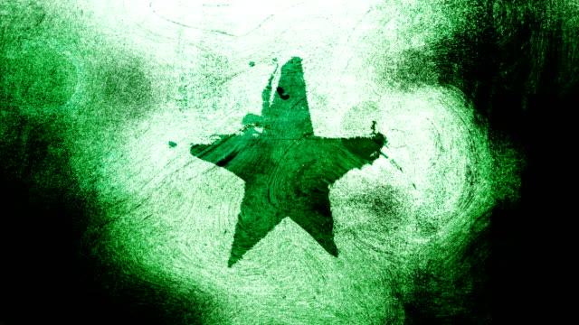 simbolo di forma grunge star verde su uno sfondo video wall 4k grungy e sporco, angosciato e sbavato con vortici stile street per i concetti di popolarità, celebrità, fama, hollywood, reputazione, gloria, transizioni e titoli. - distressed video stock e b–roll